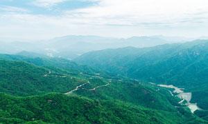 大山之中的河流和山路摄影图片