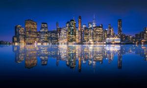 城市夜景灯光和河流倒影摄影图片