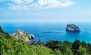 蓝天下的海岛和岛屿摄影图片