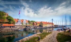 欧洲海边码头和房屋摄影图片