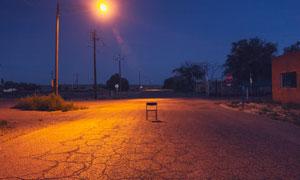 路灯下马路上的椅子摄影图片