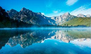 蓝天下的湖泊和雾气摄影图片