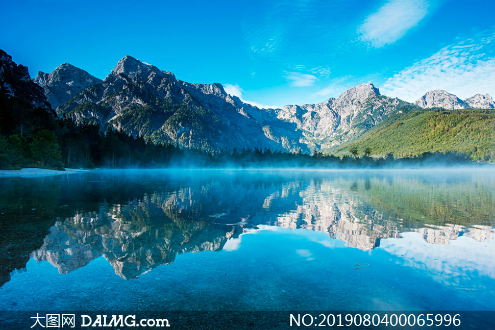 藍天下的湖泊和霧氣攝影圖片