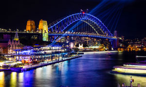 城市中的河流和桥梁夜景摄影图片