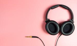 粉色背景上的音乐耳机摄影高清图片
