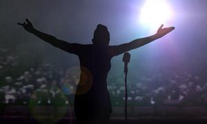 舞台上倾力演唱的歌手摄影高清图片