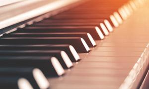 鋼琴上的琴鍵近景特寫攝影高清圖片