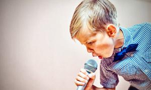 真情演绎音乐的小男孩摄影高清图片