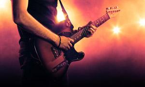 在弹奏吉他的音乐人物摄影高清图片