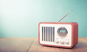 摆在桌上的调频收音机摄影高清图片