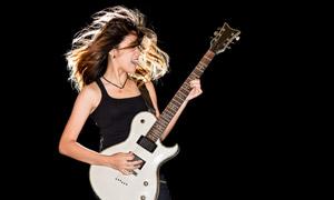 正在用吉他演出的美女摄影高清图片