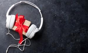 耳機與禮物盒近景特寫攝影高清圖片