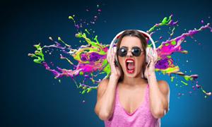 听音乐的美女耳朵风暴创意高清图片