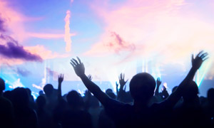 天空云彩与演唱会现场摄影高清图片