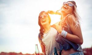两个手拿着酒瓶的开心美女高清图片