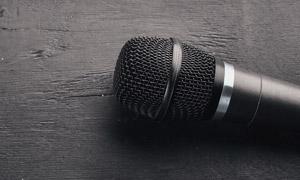 桌上的黑色麦克风特写摄影高清图片