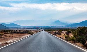通往远山的大气公路摄影图片