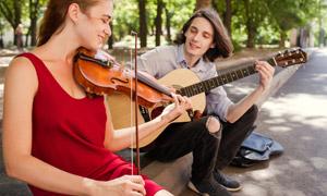 在路边切磋音乐技艺的男女高清图片