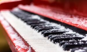 表面落满了积雪的钢琴特写高清图片