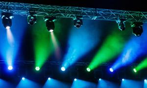 演出现场蓝绿灯光照明摄影高清图片