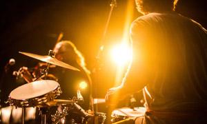 演唱会上乐队人物逆光摄影高清图片