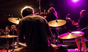 摇滚乐队演出现场人物掠影高清图片