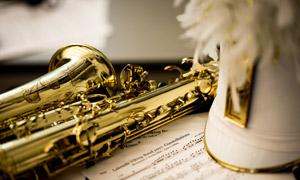 曲谱与金色萨克斯乐器摄影高清图片