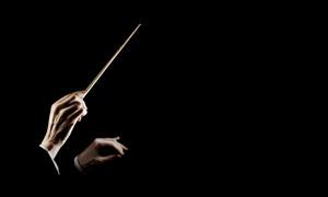在指挥乐队演奏的双手特写高清图片