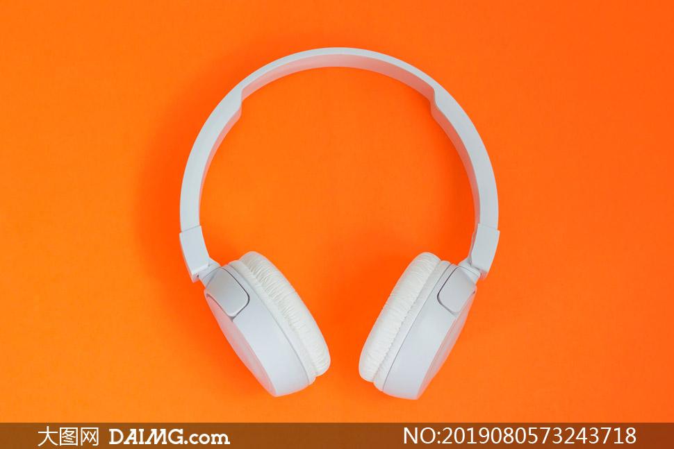 橙色背景上的耳机特写摄影高清图片