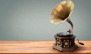 桌上的复古留声机特写摄影高清图片