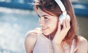 听音乐的开心美女人物摄影高清图片