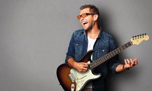 在弹着吉他的男子特写摄影高清图片