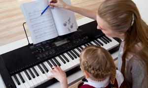 辅导学生学钢琴的情景摄影高清图片