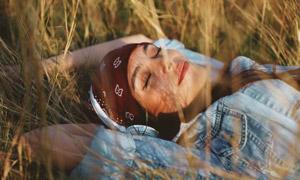 裹着头巾听音乐的美女摄影高清图片