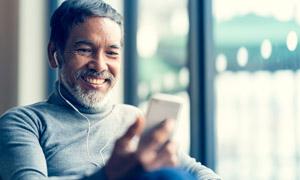 在开心对着手机视频的老人高清图片