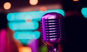 梦幻灯光与紫色麦克风特写高清图片