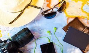 地圖上的草帽相機等物攝影高清圖片