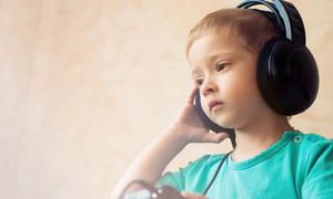 戴耳机听音乐的小男孩摄影高清图片