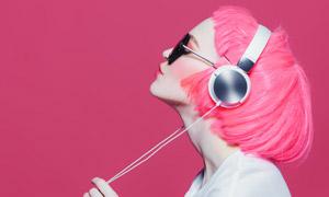 戴着耳机听音乐的红发美女高清图片