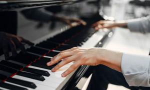 弹钢琴的双手近景特写摄影高清图片