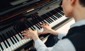 专注弹钢琴的音乐人物摄影高清图片