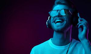 戴耳机听着音乐的男人摄影高清图片