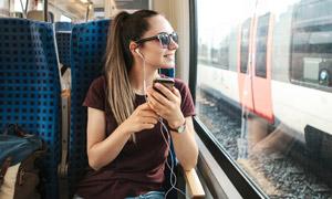 列车上看着窗外的美女摄影高清图片