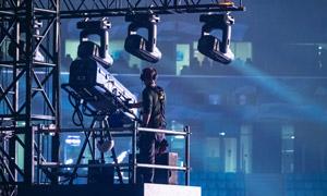 演唱会现场操作灯光的人物高清图片