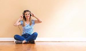 盘腿坐在地板上的音乐美女高清图片