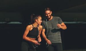 在听着音乐慢跑的男女摄影高清图片