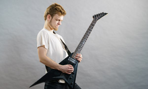 在忘我弹吉他的络腮胡男子高清图片