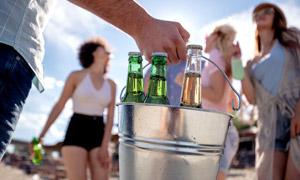 铁桶里的几瓶啤酒特写摄影高清图片