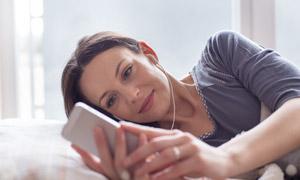 侧躺着听歌的美女人物摄影高清图片