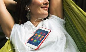 在吊床上聽手機音樂的人物高清圖片